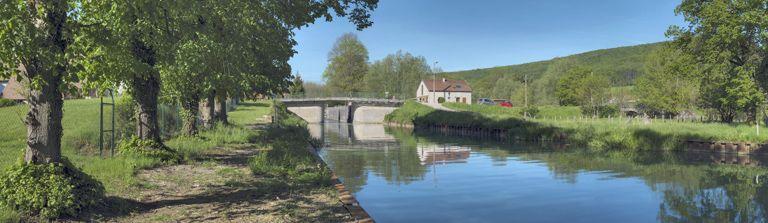 pont routier sur l'écluse 29 du versant Saône (canal de Bourgogne)