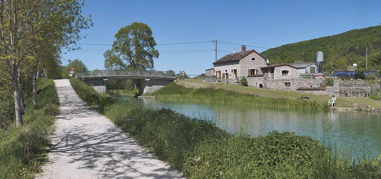 maison de garde de Barbirey-sur-Ouche (canal de Bourgogne) ; pont routier isolé (canal de Bourgogne)