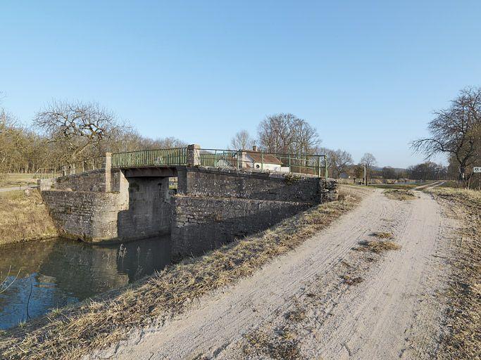 Pont routier sur l'écluse 12 du versant Yonne (canal de Bourgogne)