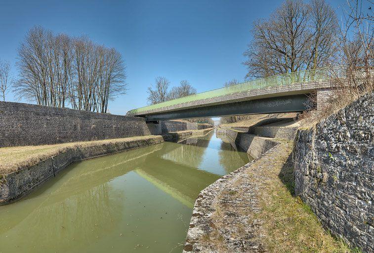 pont routier isolé de la tranchée du Creusot (canal de Bourgogne)