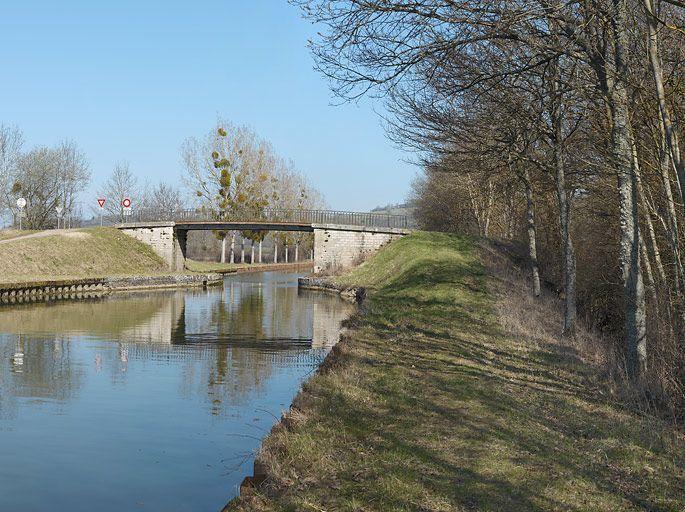 pont routier isolé de Saucy (canal de Bourgogne)