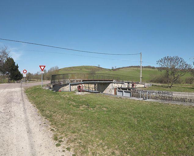 Pont routier sur l'écluse 15 du versant Yonne (canal de Bourgogne)
