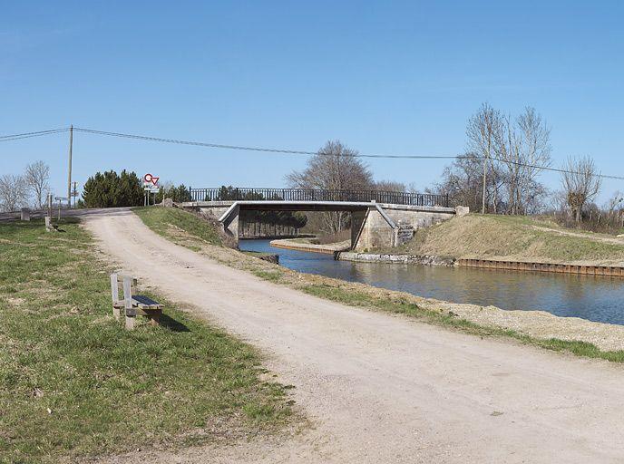 pont routier isolé de Charigny (canal de Bourgogne)
