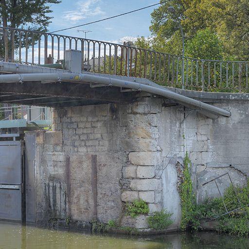 Pont sur l'écluse 05 du versant Méditerranée (canal du Centre)