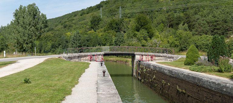 Pont routier sur l'écluse 72 du versant Yonne (canal de Bourgogne)