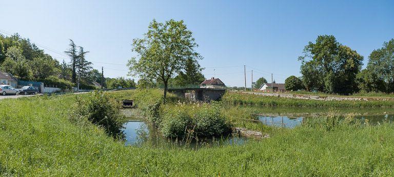 pont routier sur l'écluse 73 du versant Yonne (canal de Bourgogne) ; ouvrage lié à l'alimentation en eau lié au site du moulin d'Arlot (canal de Bourgogne)