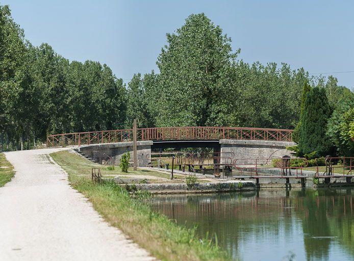 pont routier sur l'écluse 75 du versant Yonne (canal de Bourgogne)