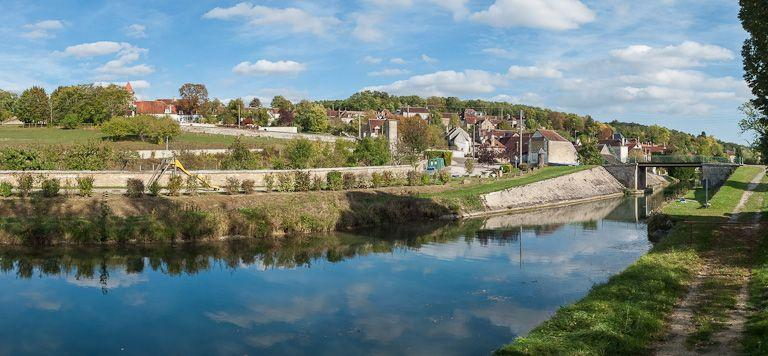 pont routier isolé (canal de Bourgogne) ; village de Tronchoy (canal de Bourgogne)