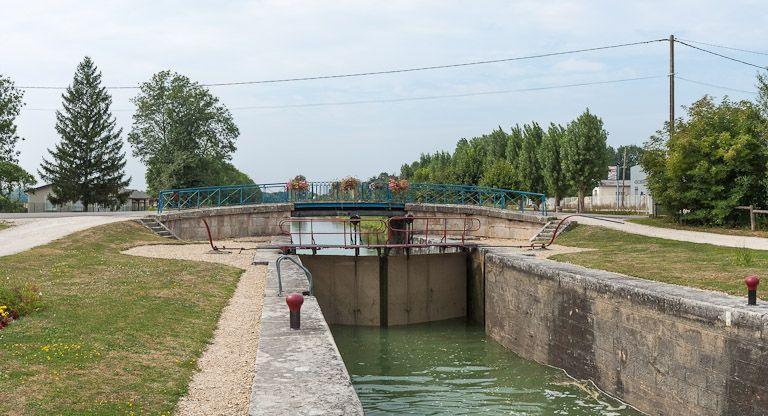 Pont routier sur l'écluse 103 du versant Yonne (canal de Bourgogne)