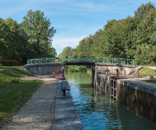 pont routier sur l'écluse 105 du versant Yonne (canal de Bourgogne)