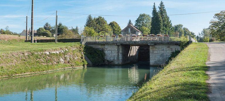 pont routier sur l'écluse 106-107 du versant Yonne (canal de Bourgogne)