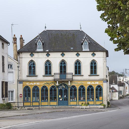 Débit de boissons dit Café des Chiens ; actuellement bibliothèque-médiathèque