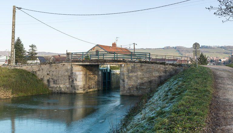 pont routier sur l'écluse 01 du versant Yonne (canal de Bourgogne)