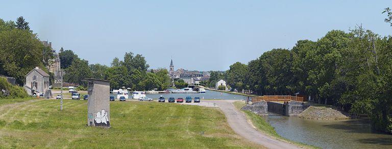site de l'écluse 15 du versant Loire, dite de Chatillon 2 (canal du Nivernais) ; port de Châtillon-en-Bazois ; gare d'eau (canal du Nivernais) ; château fort (paysages du canal du Nivernais)