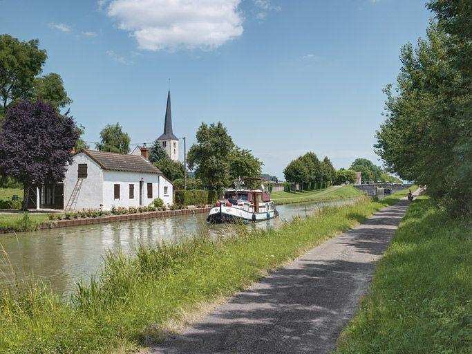 maison de cantonnier (canal du Nivernais) ; village de Champvert (paysages du canal du Nivernais)