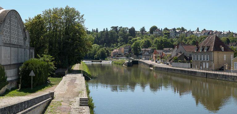 site de l'écluse 47 du versant Seine, dite de Clamecy (canal du Nivernais) ; ville de Clamecy (paysages du canal du Nivernais)