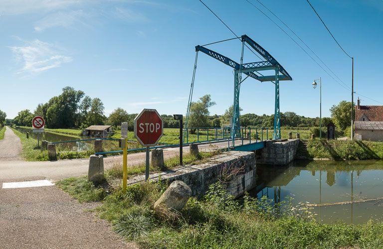 pont mobile dit pont-levis à flèches de Pousseaux (canal du Nivernais)