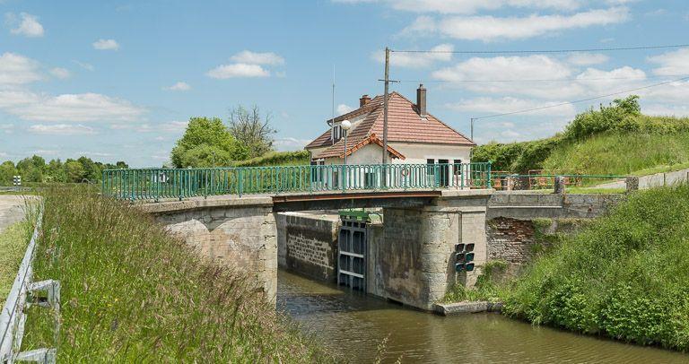 pont routier sur l'écluse 04 du versant Loire/Océan ; dit pont de Parisenot ou pont de Parizenot (canal du Centre)