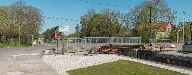 pont routier sur l'écluse 96 du versant Yonne (canal de Bourgogne)