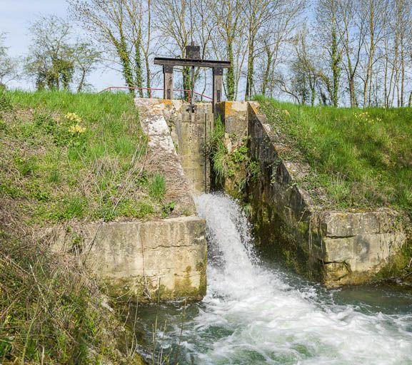 déversoir de fond ; décharge de fonds de Dannemoine (canal de Bourgogne)