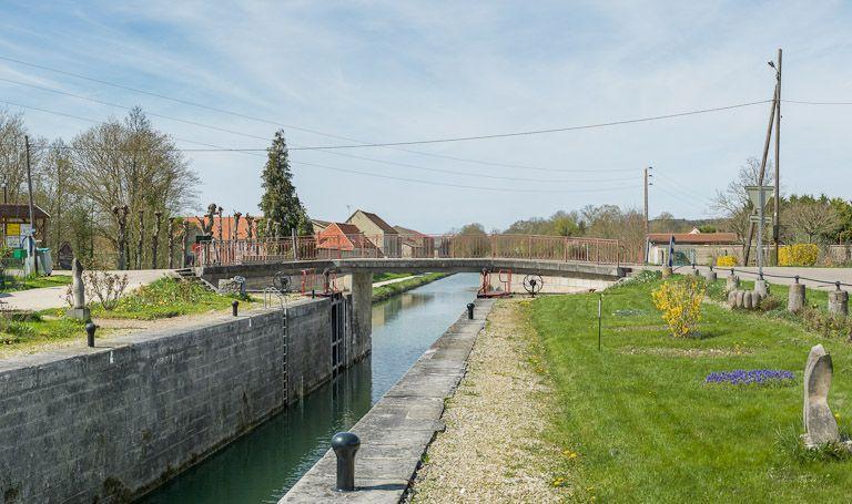 pont routier sur l'écluse 97 du versant Yonne (canal de Bourgogne)