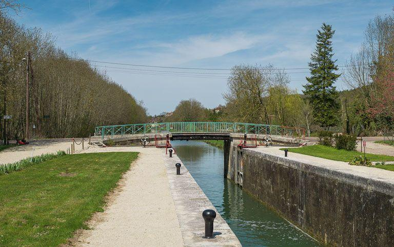 Pont routier sur l'écluse 98 du versant Yonne (canal de Bourgogne)