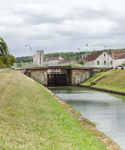 Pont routier sur l'écluse 64 du versant Yonne (canal de Bourgogne)