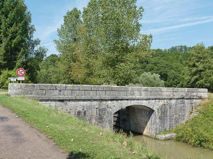 Pont sur l'écluse 16 du versant Loire, dite de Coeillon, écluse de garde (canal du Nivernais)