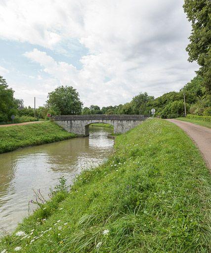 pont routier isolé du moulin du Cray (canal du Nivernais)