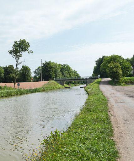 pont routier isolé de Romenay (canal du Nivernais)