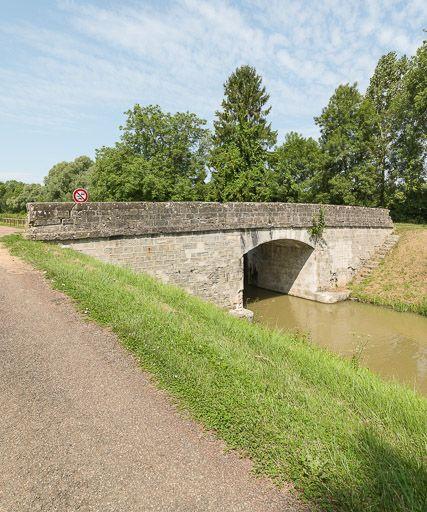 Pont sur l'écluse 19 du versant Loire, dite de Villars (canal du Nivernais)