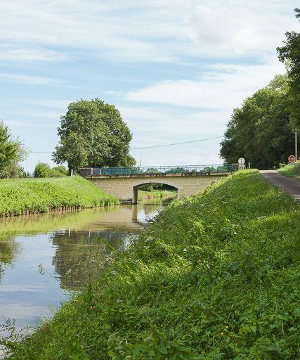 pont routier isolé de Magny (canal du Nivernais)