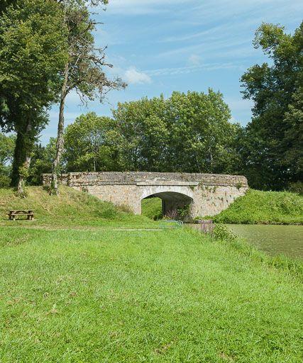 pont routier isolé de la Seigne (canal du Nivernais)