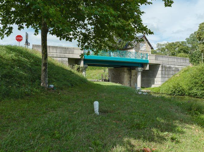 Pont sur l'écluse 25 du versant Loire, dite de Panneçot, écluse de garde (canal du Nivernais)