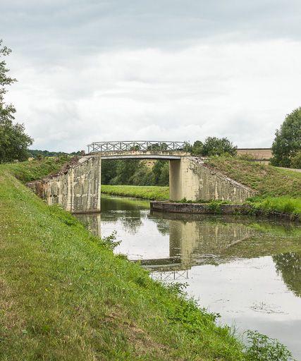 pont routier isolé de la Coulangette (canal du Nivernais)