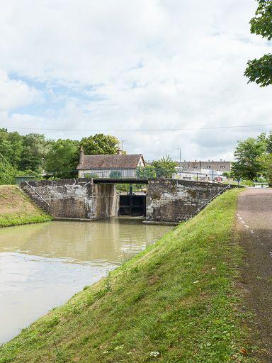 Pont sur l'écluse 34 du versant Loire, dite de Vauzelles (canal du Nivernais)