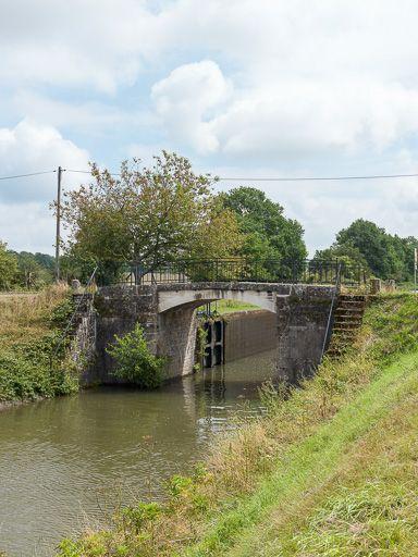 pont sur l'écluse 18 du versant Seine, dite du Creuset (canal du Nivernais)