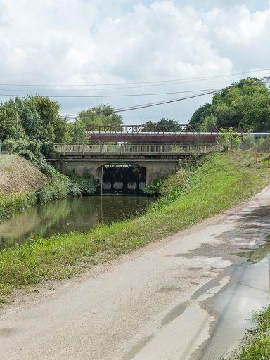 pont routier sur l'écluse 21 du versant Seine, dite de Picampoix (canal du Nivernais)
