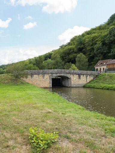 Pont sur l'écluse 24 du versant Seine, dite de l'Yonne (canal du Nivernais)