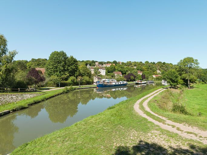 village de Chevroches (paysages du canal du Nivernais)
