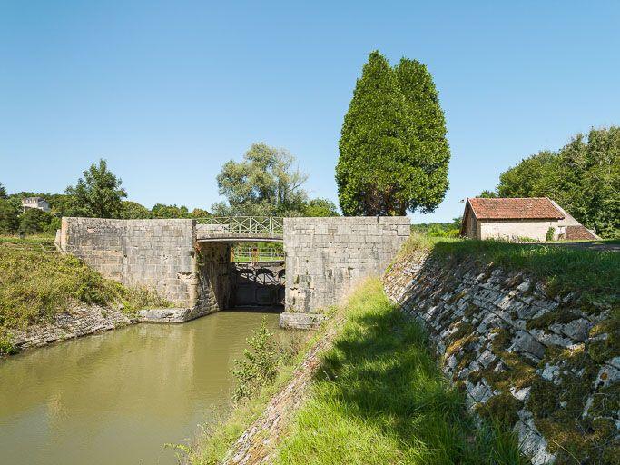Pont sur l'écluse 46 du versant Seine, dite de la Maladrerie (canal du Nivernais)