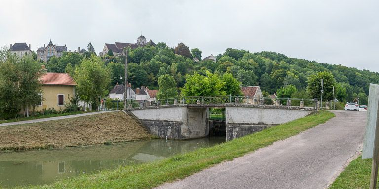 pont sur l'écluse 57, dite de Châtel-Censoir (canal du Nivernais)