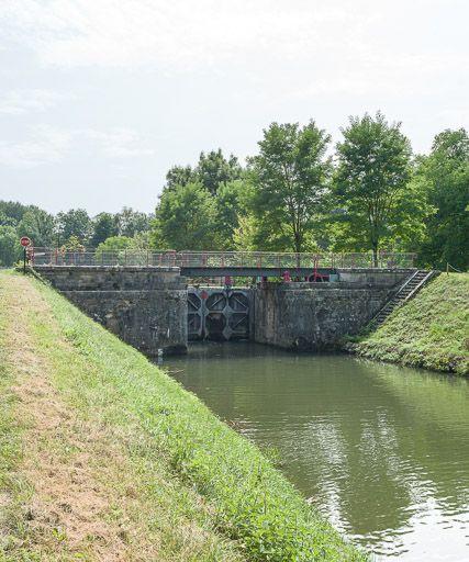 Pont sur l'écluse 67 du versant Seine, dite des Dames (canal du Nivernais)