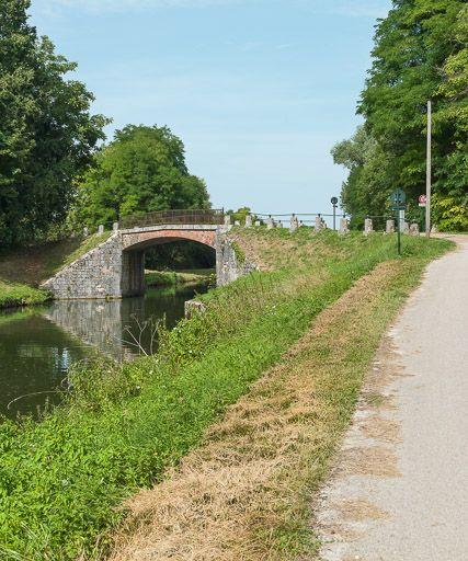 pont routier isolé des Romains (canal du Nivernais)