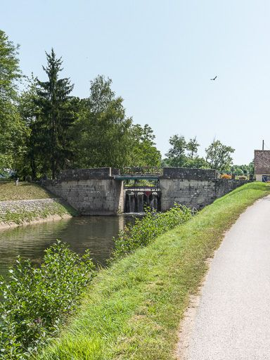 Pont sur l'écluse 73, dite de Vincelles (canal du Nivernais)