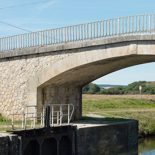 Pont sur l'écluse de garde de Vermenton (canal du Nivernais)