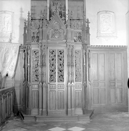 deux confessionnaux en pendant, style néo-gothique
