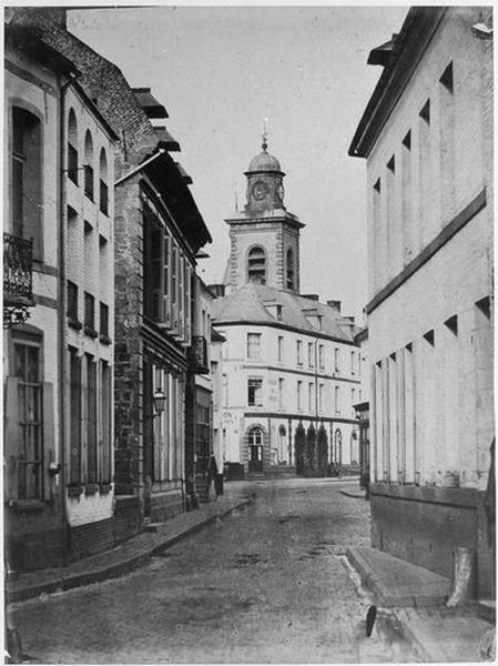Ensemble d'édifices derrière façade (corps de garde, beffroi, maisons)