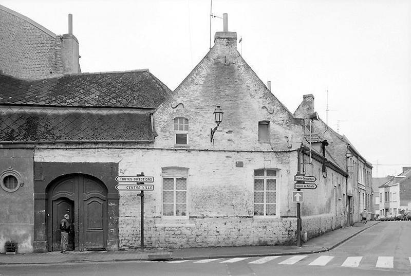 Relais de poste (?) , ou hôtel (?) , actuellement maisons