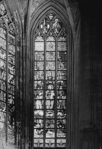 Verrière de style néo-gothique : Vierge à l'enfant, sainte Barbe et saint Maurice protégeant la ville de Lille et ses défenseurs (baie 2)